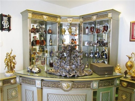 Quầy bar trong nhà với rất nhiều các loại rượu đắt tiền. Dường như tất cả phòng vẫn trung thành với phong cách 'mạ vàng' đẹp mắt.