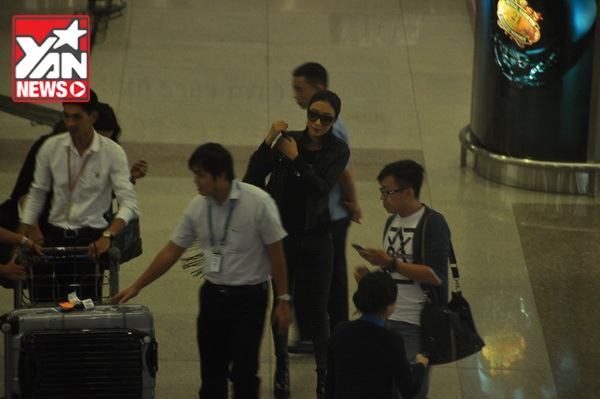 Fan Việt quây kín, nồng nhiệt chào đón Dương Di đến TP HCM