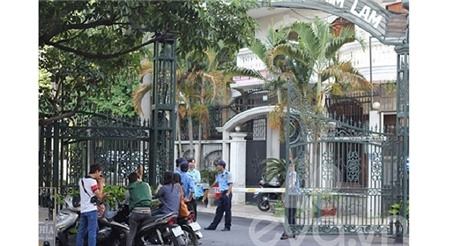 Trong đám cưới năm 2012 của cặp đôi nổi tiếng này, một đội ngũ bảo vệ đông đảo đã được cắt cử canh gác trước lối vào biệt thự.Điều đó càng khiến cho nhiều người tin chắc rằng, mức độ giàu có của chủ nhân ngôi biệt thự không kém cạnh bất cứ đại gia nức tiếng nào ở Việt Nam.