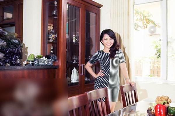 Phòng khách được nữ chủ nhân trang trí đơn giản, bộ ghế salon gam trắng, là gam màu mà chị gái cô yêu thích.   Phòng bếp và phòng ăn ngăn nắp, sạch sẽ. - Tin sao Viet - Tin tuc sao Viet - Scandal sao Viet - Tin tuc cua Sao - Tin cua Sao