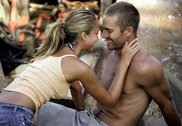 """""""Thiên thần bóng tối"""" Jessica Alba là một người tình bí mật khác của Paul Walker. Cả hai gặp nhau trên trường quay bộ phim """"Into the Blue"""" vào năm 2005 và tình yêu nảy nở sau khi đóng chung nhiều cảnh tình cảm nóng bỏng."""