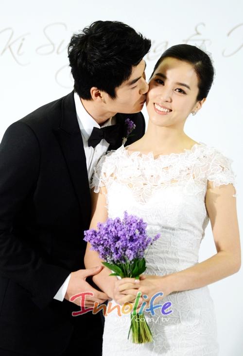 Với việcchia tay bạn trai lâu năm, và vài tháng sau đó kết hôn với cầu thủ bóng đá nổi tiếngKi Sung Yong, Han Hye Jin đãtrở thành một trong những cái tên hot của năm.