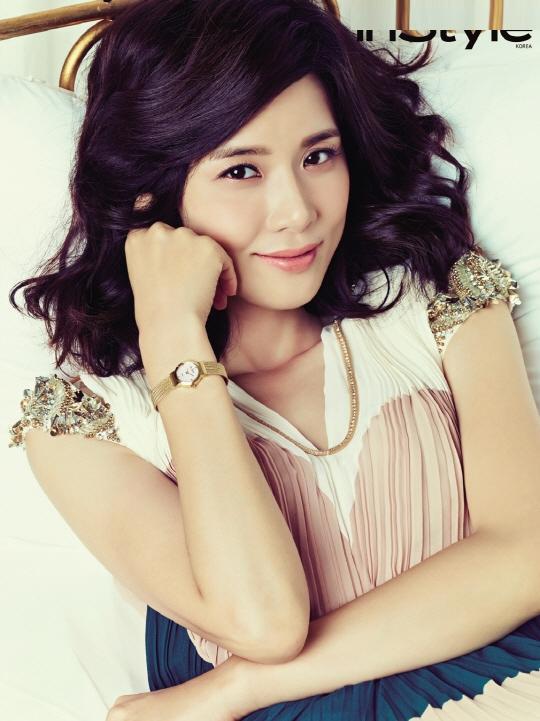 """Cũng nhờ thành công của """"I Hear Your Voice"""", cộng với đám cưới hoành tráng cùng bạn trai Ji Sung, Lee Bo Young có một năm gây nhiều chú ý. Tên cô xếp thứ 7 trong danh sách Nghệ sĩ Hàn được tìm kiếm nhiều nhất trên Daum."""