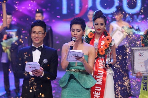 cô cũng từng khiến khán giả ngạc nhiên vì bời vai nam tính này trong vai trò MC đêm chung kết Siêu mẫu Việt Nam