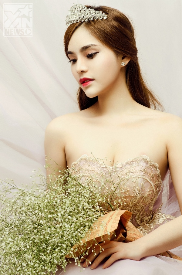 Phương Du hóa cô dâu gợi cảm khoe sắc cùng hoa