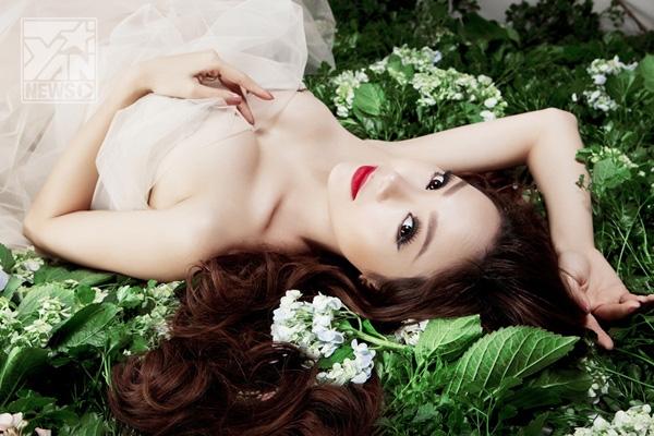 Minh Hằng đẹp rạng rỡ và trong sáng trong váy trắng tinh khôi     Minh Hằng ngày càng quyến rũ và xinh đẹp, cô vừa thể hiện mình trong một vai trò mới là một...nữ doanh nhân.     Vừa là ca sĩ, diễn viên, là giám khảo khách mời của một số chương trình truyền hình thực tế, Minh Hằng ngày càng khẳng định mình là một nghệ sĩ đa tài trong showbiz Việt.       Hiện nay, Minh Hằng đang lồng tiếng cho vai diễn trong bộ phim Vừa đi vừa khóc sẽ chính thức lên sóng vào đầu năm 2014. Nữ ca sĩ cũng đang tích cực đi diễn và thu âm cho các kế hoạch âm nhạc mới. - Tin sao Viet - Tin tuc sao Viet - Scandal sao Viet - Tin tuc cua Sao - Tin cua Sao