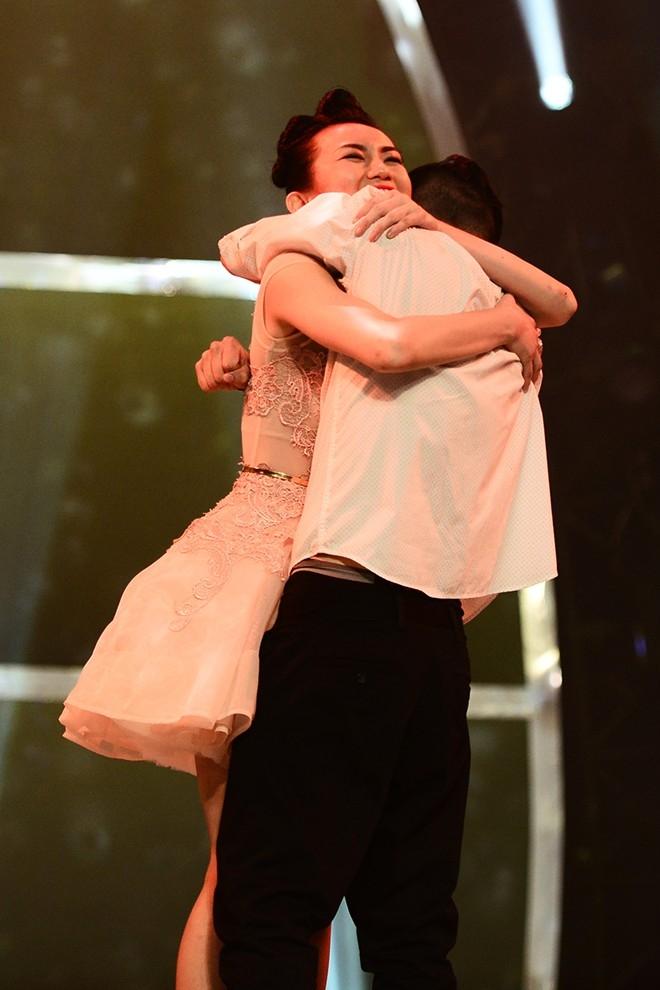 Cả hai ôm chấm lấy nhau chúc mừng.