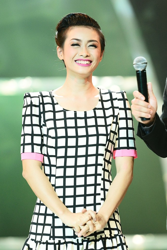 Ngọc Anh khóc trên sân khấu nhưng sau đó lấy lại nụ cười rạng rỡ. Cô gái Hải Phòng về vị trí thứ 4.