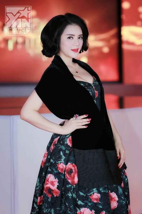 Lý Nhã Kỳ quý phái với phong cách quý cô thập niên 50 - Tin sao Viet - Tin tuc sao Viet - Scandal sao Viet - Tin tuc cua Sao - Tin cua Sao