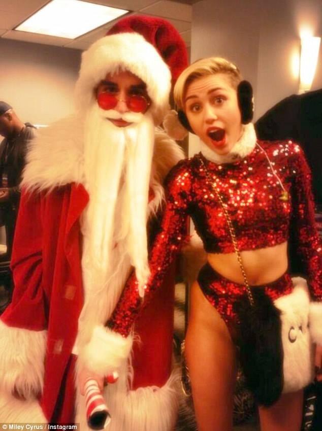 Miley Cyrus quậy tưng bừng cùng ông già Noel