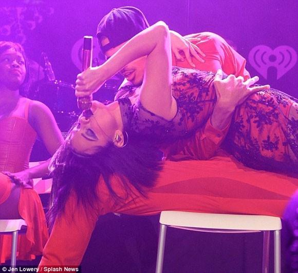 Selena Gomez lỡ lời văng tục trên sân khấu