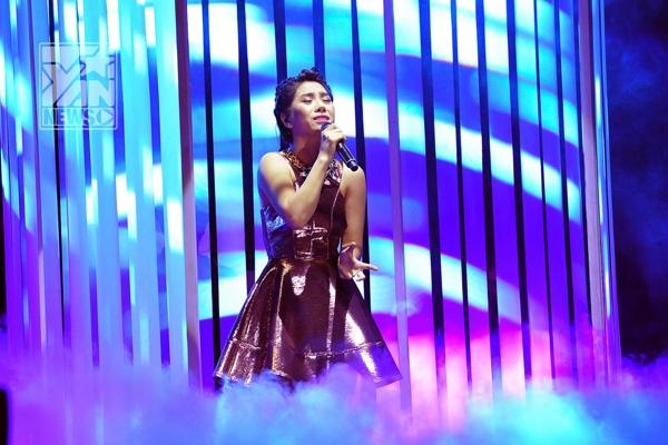 Vũ Hà Myxuất hiện với ca khúc Buồn, cô tỏa sáng trên sân khấu với giọng hát giàu cảm xúc và nội lực cùng phong cách biểu diễn tự tin. Thái Châu khép lại đêm Bán kết 2 Giọng hát Việt 2013 bằng phần trình diễn đầy chất phiêu linh ca khúc mang tên 1019 chìa khóa bạc và phin cafe.