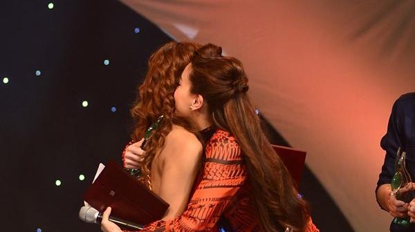 """""""Nữ hoàng giải trí"""" cũng chủ động ôm lấy Mỹ Tâm chúc mừng khi nữ ca sĩ này vượt qua mình đoạt giải Ca sĩ của năm tại Làn Sóng Xanh - Tin sao Viet - Tin tuc sao Viet - Scandal sao Viet - Tin tuc cua Sao - Tin cua Sao"""