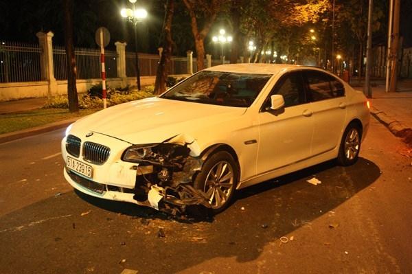 Chiếc BMW của siêu mẫu Hoàng Yến vừa được cẩu ra khỏi… gốc cây vào đêm Hoàng Yến tự gây ra tai nạn.