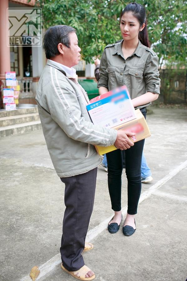 Hoa hậu Ngọc Hân về Quảng Bình cứu trợ đồng bào và viếng mộ Đại tướng