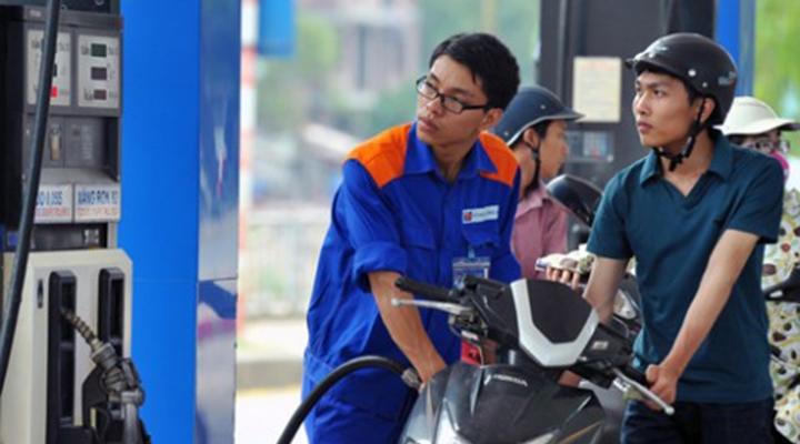 Giá xăng lại tăng thêm gần 600 đồng/lít