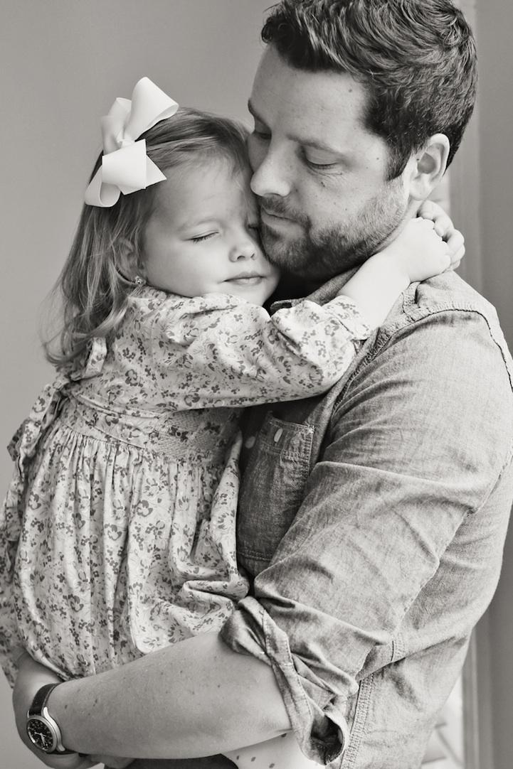 Người chồng chung tình tưởng nhớ vợ bằng chùm ảnh cảm động với con gái