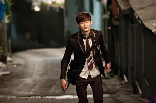 Park Soo Ha là một cậu học sinh cấp 3 đẹp trai, hiền lành, học rất giỏi nhưng có một quá khứ buồn khi chứng kiến cha bị kẻ ác giết hại và trở thành trẻ mồ côi khi mới 8 tuổi. Bù lại, Soo Ha có khả năng nghe được suy nghĩ của người khác khi nhìn vào mắt họ. Đây cũng chính là điểm mạnh mà Soo Ha có thể giúp đỡ được ân nhân của mình, cô luật sư ngổ ngáo Jang Hye Sung (Lee Bo Young).