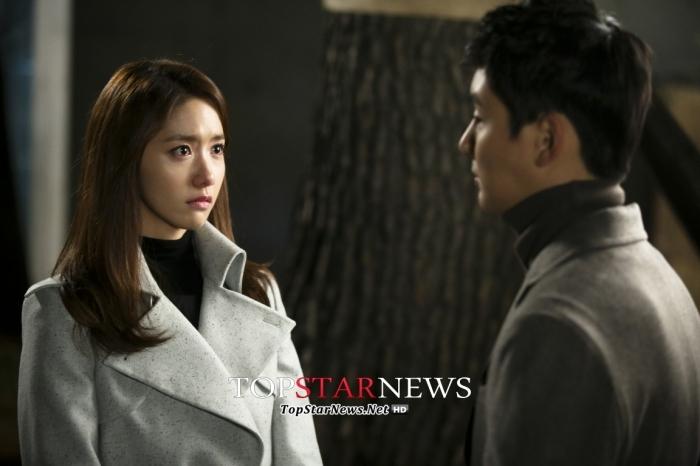 Yoona bất ngờ bị Yoon Shi Yoon ôm
