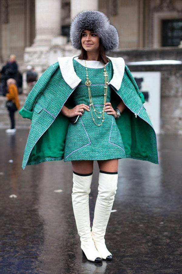 Đó là bộ cánh màu xanh ấm áp với mũ lông thú của Chanel trong Haute Couture Spring 2013.