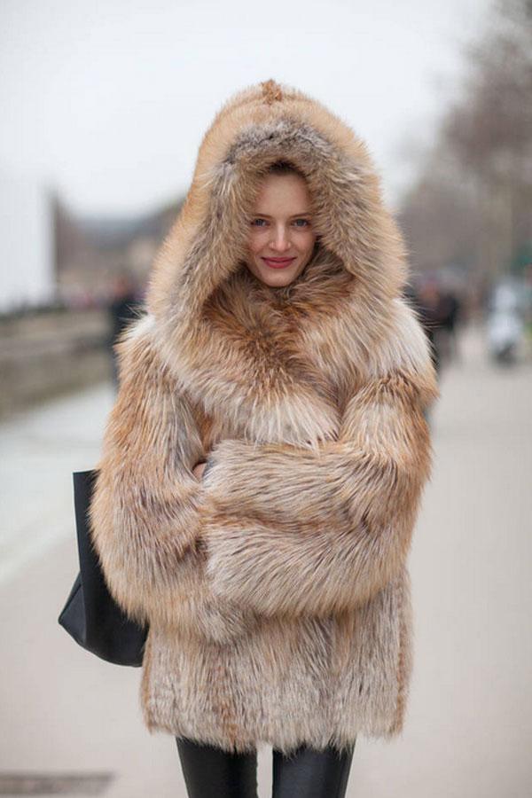 Áo khoác lông thú cùng quần jeans quả là diện mạo hoàn hảo cho những ngày đông lạnh.