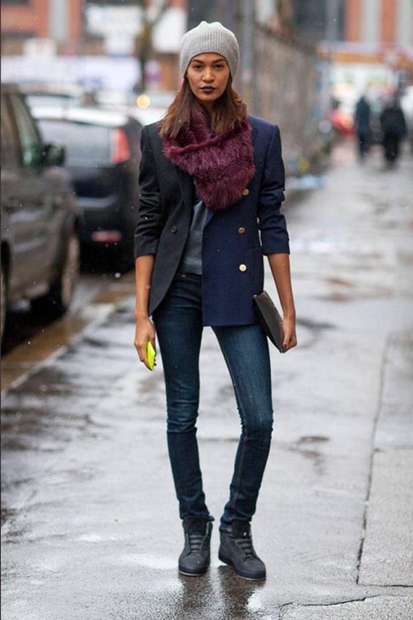 Hay phong cách menswear mà Joan Smalls với jean, giày thể thao, vest nữ và mũ ấm tại Tuần lễ thời trang Thu 2013 ở Milan.