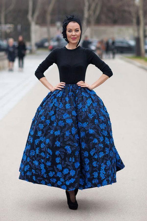 Một phong cách nữ tính xen lẫn độc đáo trong chiếc váy hoa họa tiết tối màu được ghi lại tại Tuần lễ thời trang Thu 2013 ở Paris.