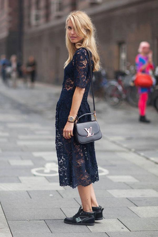 """Sự mềm mại của váy ren mix cùng giày bệt nam tạo ra một diện mạo cực """"chất"""" cho người mặc trong Copenhagen Spring 2014."""