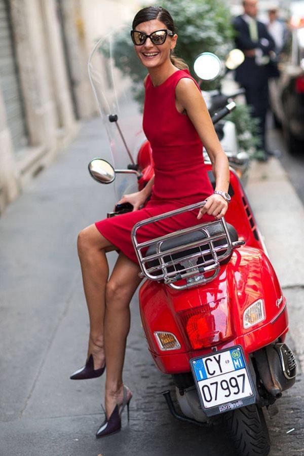 Đầm đỏ nổi bật, giày gót nhọn đơn giản nhưng là điểm nhấn trong Tuần lễ thời trang Xuân/Hè Paris.