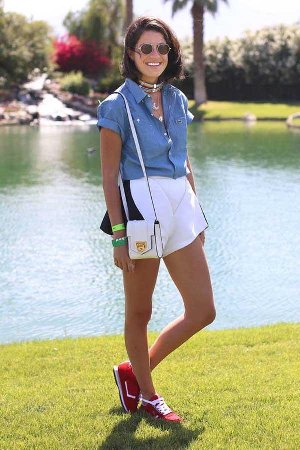 Quý cô thoải mái với sooc, áo denim, giày buộc dây cùng túi đeo chéo nhỏ nhắn ở sự kiện lễ hội âm nhạc Coachella 2013.