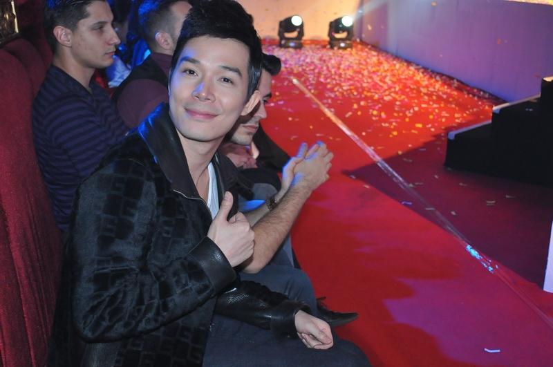 Nathan Lee diện áo lông đắt đỏ đi cổ vũ người tình
