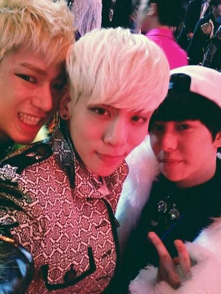 Park Kyung (Block B) thì khoe ảnh chụp cùng Zico và Jonghyung (SHINee)