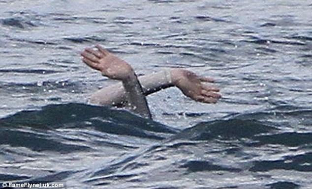 Annevùng vẫy trong nước. Một trải nghiệm kinh khủng mà chúng ta chưa được thấy trên bất cứ phim nào mà cô đóng.