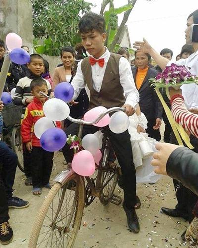 """Chú rể Trần Đình Quang 21 tuổi đưa cô dâu và cô dâu Nguyễn Thúy Tĩnh 18 tuổi về dinh bằng chiếc xe đạp """"cà tàng"""", cô dâu đi dép tổ ong giản dị."""