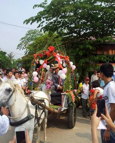"""Người dân ngỡ ngàng vì đám cưới """"độc"""" bằng xe ngựa tại Thanh Hóa."""