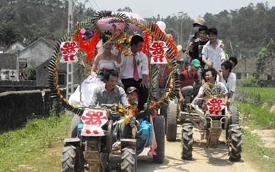 Đám rước dâu bằng 12 chiếc công nông của vợ chồng Trường – Khoa tại Nghệ An gây xôn xao.