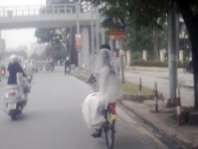 Khoảng 4h chiều ngày 16/11, nhiều người đi trên đoạn đường Láng Hạ giao cắt Huỳnh Thúc Kháng (Hà Nội) đã vô cùng bất ngờ khi chứng kiến cảnh cô dâu chú rể trên chiếc xe đạp phượng hoàng cũ. Chú rể mặc bộ vest màu ghi còn cô dâu mặc váy cưới trắng, đầu phủ khăn voan.