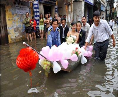 Rước dâu bằng xuồng giữa lòng Hà Nội trong sự thích thú của người dân.