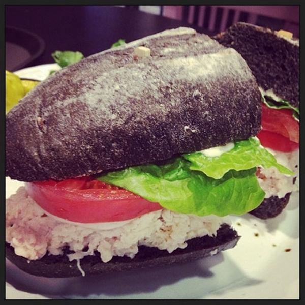 """"""" Trong khi đó Minzy đã chia sẻ hình ảnh món bánh sandwich của tiệm Mama cafe với dòng chú thích """" So delicious"""""""