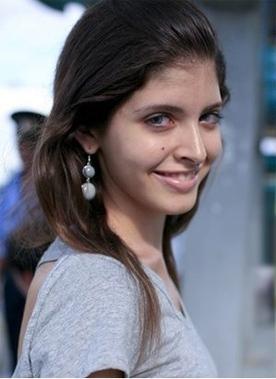 Rất nhiều khuyết điểm trên gương mặt của Andrea cũng đã 'biến mất' nhờ trang điểm và photoshop