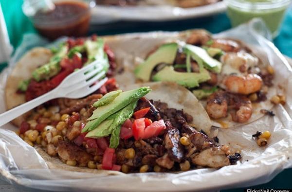 Bánh kẹp Tacos được bày bán trên đường phố Mexico là một trong 12 món ăn ngon nhất thế giới mà du khách không thể bỏ qua khi đến quốc gia này du lịch.