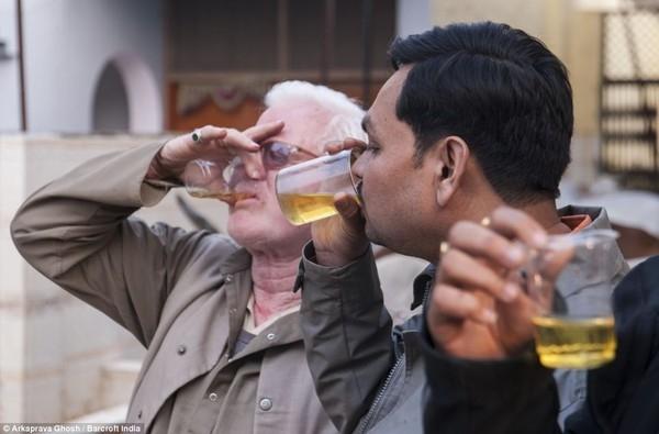 Ngày càng có nhiều tín đồ Hinđu giáo sống tại Agra, Ấn Độ tin vào phương thức chữa bệnh khó hiểu này.