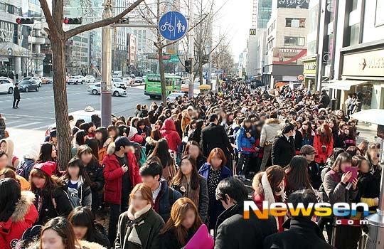 Buổi ký tặng của EXO bị hủy vì fan quá náo loạn