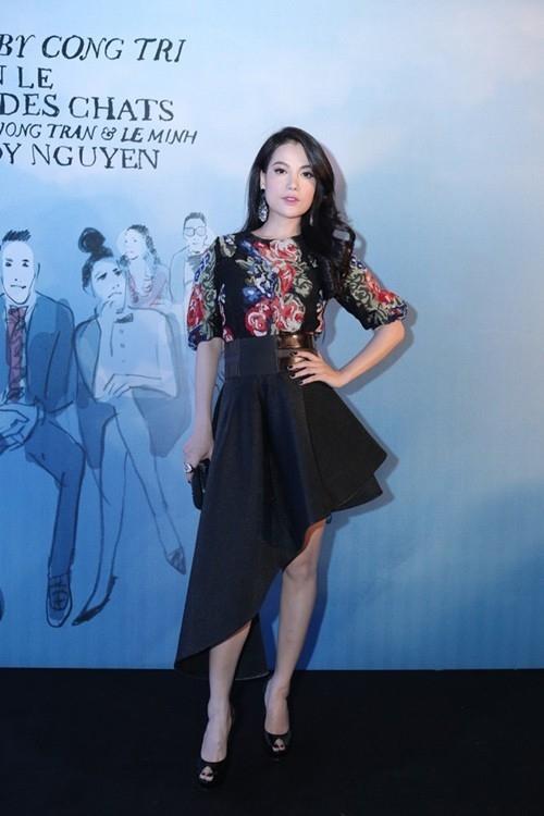 Diễn viên điện ảnh Trương Ngọc Ánh gợi cảm và hiện đại với áo hoa kết hợp chân váy xéo.