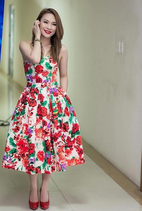 Ca sĩ Mỹ Tâm trở nên trẻ trung và đáng yêu hơn với váy xòe in hoa vô cùng rực rỡ.