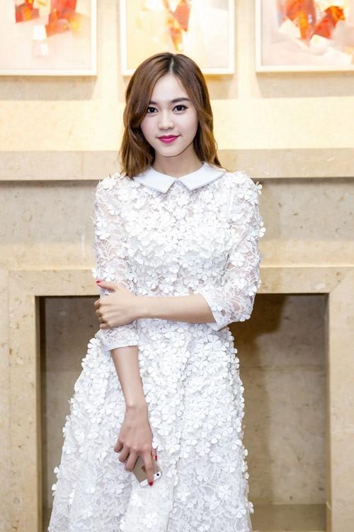 Diễn viên Ninh Dương Lan Ngọc thu hút khi sử dụng váy đính hoa tinh tế và thanh nhã.