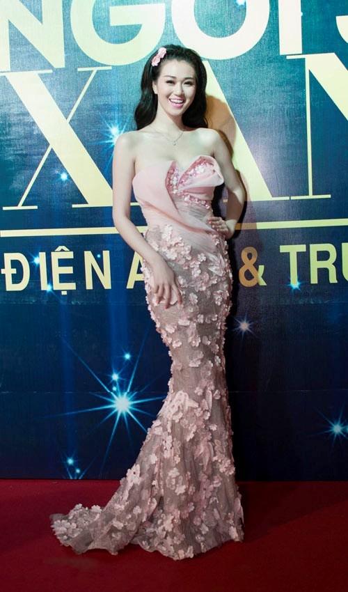 Khánh My yêu kiều và quyến rũ trong thiết kế váy dạ hội gợi cảm được tô điểm những cánh hoa đính nổi trên thân váy.
