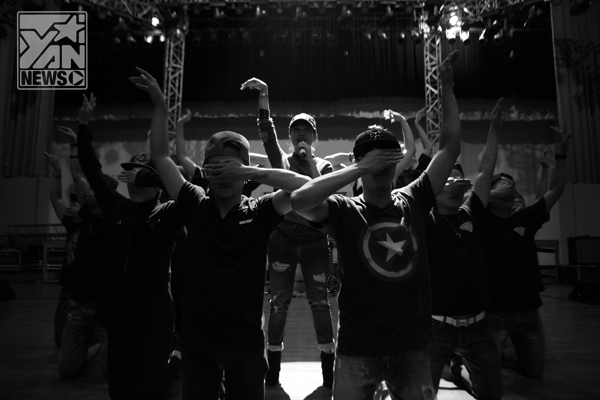 Vẫn với tác phong làm việc chuyên nghiệp, Mỹ Tâm và vũ đoàn MTE đã miệt mài tập luyện kĩ càng tất cả những tiết mục sẽ biểu diễn trong liveshow, hy vọng đem đến cho khán giả tại quê hương những màn vũ đạo tuyệt vời nhất. - Tin sao Viet - Tin tuc sao Viet - Scandal sao Viet - Tin tuc cua Sao - Tin cua Sao