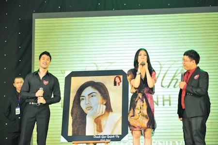 Lạ lẫm hình ảnh sao Việt trong tranh vẽ