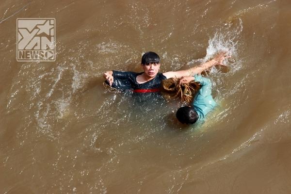 Trấn Thành đánh nhau dưới sông trong Hai Lúa